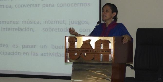 Rojas explicó métodos cualitativos de Niños del Milenio en 1era Jornada Nacional de Investigación Pediátrica a profesionales del sector salud